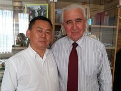 董事长与匈牙利威莱士艾及哈兹市市长 巴士多.贝拉合影